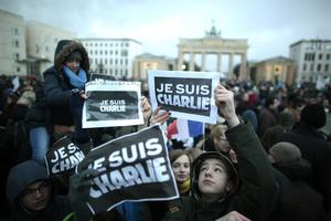 """La manifestación se dividió en dos recorridos distintos por la zona este de París entre banderas de Francia, carteles con el mensaje """"Je suis Charlie"""" (Yo soy Charlie), en un ambiente pacífico."""