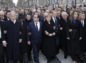 El presidente francés Francois Hollande inauguró la marcha en un cortejo compuesto por medio centenar de presidentes, primeros ministros, jefes de Estado y altas personalidades que desfiló durante alrededor de 400 metros en el distrito 11 de la capital. (