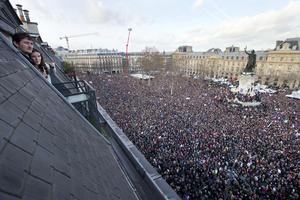 """Alrededor de 3.7 millones de personas asistieron a las manifestaciones """"históricas"""" en toda Francia convocadas contra el terrorismo y en memoria de las víctimas mortales de los atentados esta semana en París."""