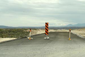 Hay un señalamiento que indica que la carretera está inconclusa y hay que tomar el camino de terracería.