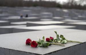 Flores fueron colocadas en uno de los bloques de hormigón que forman parte del Monumento del Holocausto, en memoria de los judíos de Europa asesinados durante el nazismo, en Berlín.