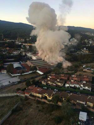 Una fuerte columna de humo causó la explosión.