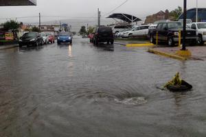 Las líneas del drenaje sanitario se saturan con las lluvias, pues los niveles de agua se mantienen altos.