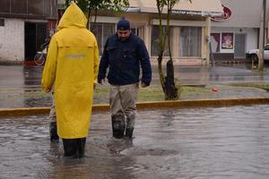 Trabajadores intentaron destapar los drenajes.