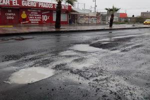 El agua dejó en evidencia el mal estado del pavimento en distintos sectores.