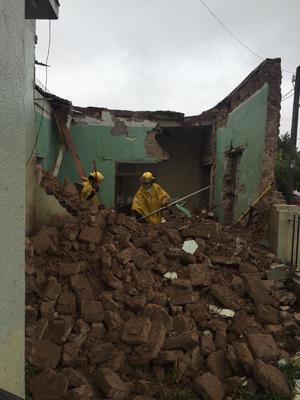 En la calle Montes de Oca en Gomez Palacio el agua alcanzó la entrada de algunas casas.