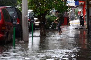 En avenida Juárez casi esquina con Idelfonso Fuentes, en Torreón, peatones se las ingeniaron para salir a las calles.