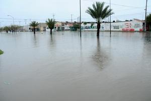 En bulevar Fundadores en Residencial del Norte, en Torreón, el agua cubrió camellón y banquetas