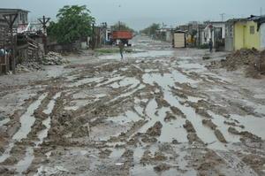 Como en cada lluvia por pequeña que ésta sea, los vecinos de la colonia Ampliación Valle La Rosita se ven afectados tanto dentro como fuera de sus viviendas.