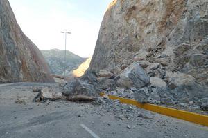 La caída de las rocas pudo deberse a la humedad por las lluvias de los últimos días.