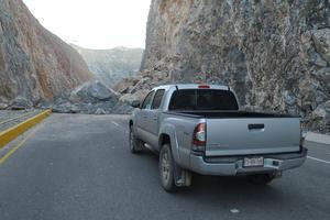 Las rocas impiden el paso de los vehículos.