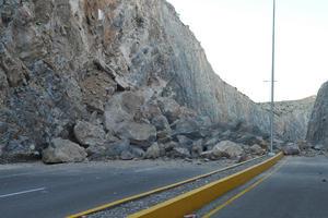 El desgaje de la pared lado poniente del cerro arrancó la malla de acero con la que se recubrieron los taludes.