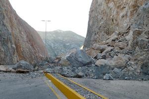 Alrededor de 100 toneladas de roca caliza cayeron sobre el bulevar Laguna, lo que obligó a su cierre inmediato.