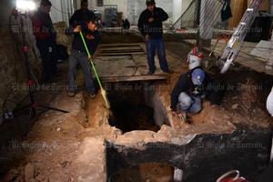 Cuando los trabajadores realizaban labores de remodelación general de un negocio ubicado en Juan Antonio de la Fuente y avenida Hidalgo en Torreón, al picar el suelo con sus herramientas los sorprendió un hundimiento de varios metros de largo, que minutos después tomó forma de un canal subterráneo.