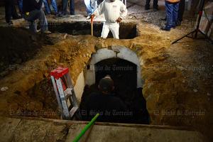 Un túnel antiguo fue hallado bajo el suelo de una zapatería en remodelación.