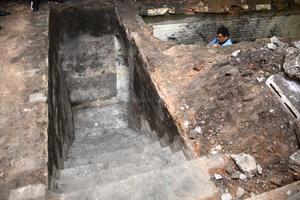 El sitio cuenta con unas escaleras relativamente bien conservadas.