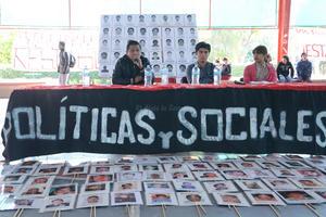 Los normalistas ofrecieron una charla en las instalaciones de la Facultad de Ciencias Políticas y Sociales, de la Universidad Autónoma de Coahuila, campus Torreón.