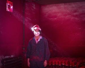 La instantánea que muestra a un trabajador en una fábrica de decoración navideña en China se llevó el segundo premio en la categoría temas contemporáneos.