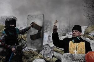La instantánea del francés Jerome Sessini muestra un sacerdote ortodoxo mientras bendice a los manifestantes apostados tras una barricada en Kiev logró el segundo premio en la categoría de Noticias de Actualidad.