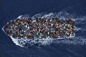 El italiano Massimo Sestini logró captar una embarcación repleta de inmigrantes que fueron rescatados a pocas millas del norte de Libia por la fragata italiana.