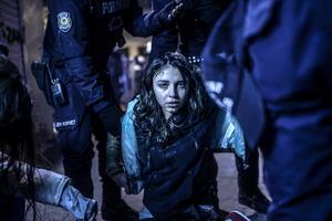 La imagen que muestra a una joven durante los disturbios entre manifestantes y policía ocurridos tras el funeral del adolescente turco Berkin Elvan, captada por Bulent Kilic fue ganadora del World Press Photo 2014 en la categoría de noticias de actualidad.