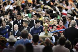 Una emotiva imagen de Lionel Messi mirando la Copa del Mundo ganó la categoría de Sports Singles.