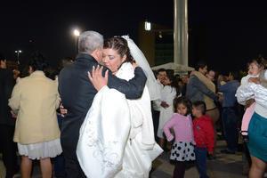 Los enamorados disfrutaron del baile en la explanada de la Plaza Mayor.