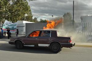 La 'amenaza' de la organización Conappafa de quemar autos a las afueras del edificio Coahuila se concretó.