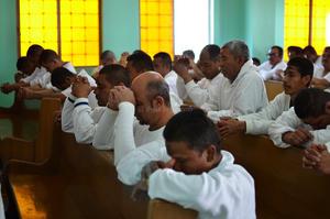El obispo dijo a los internos que en este tiempo la oración y la caridad, son prácticas debemos de fomentar, y siempre tener un espíritu de convivencia.
