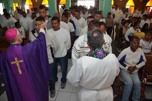 Tras bendecir las cenizas, los internos formaron dos largas filas para recibir la ceniza con gran devoción.