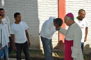 Una larga fila de hombres y mujeres lo esperaban para no perder la oportunidad de recibir su bendición.