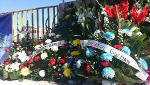 Los familiares  comenzaron a llegar con arreglos florales para colocarlos precisamente junto a la reja donde se ofició la misa.