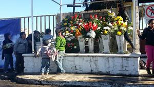 Familiares de mineros fallecidos en Pasta de Conchos se reunierón afuera de la mina.