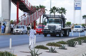 Aunque cuenta con algunos puentes peatonales, la mayoría de los ciudadanos prefiere cruzar por la vía, ante el riesgo potencial de ser arrollados.