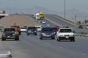El Periférico Raúl López Sánchez es una de las vialidades con mayor afluencia en Torreón, pero sigue pendiente su entrega formal a la autoridad municipal.
