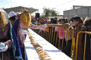 7 de enero | Celebración. Ante la cancelación de una mega-rosca de Reyes en la Plaza Mayor por los adornos navideños, se optó por llevar roscas a 25 colonias de Torreón.