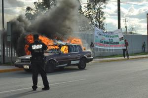 16 de febrero | Protesta. Un grupo de manifestantes plantados a las afueras del edificio Coahuila, le prendieron fuego a un vehículo de procedencia extranjera, ante la falta de respuesta por parte de las autoridades estatales al pliego petitorio en el que exigían la devolución de los autos decomisados.