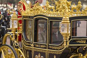 Tras pasar revista a las tropas y escuchar el himno mexicano, Peña Nieto y su esposa se unieron a la soberana y al duque de Edimburgo en un desfile con carroza real.