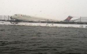 Varias fotos mostraban la nariz del avión posada sobre un terraplén que separa la pista de la bahía Flushing.