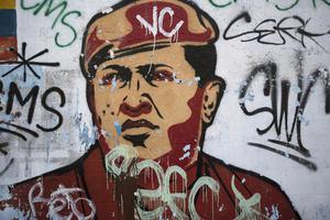 Chávez impulsó luego cambios fundamentales en la Constitución de Venezuela y se relegitimó en la Presidencia en las elecciones de 2000, realizadas bajo una nueva Carta Magna, donde obtuvo el 60 por ciento de los sufragios emitidos.