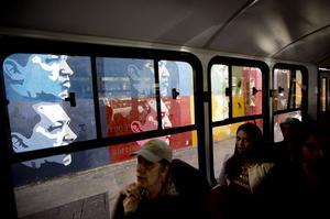 """En 1994, el entonces presidente Rafael Caldera (1994-1999) le concedió a Chávez un """"retiro honroso"""" del Ejército, tras lo cual fundó el Movimiento V República (MVR), con el que obtuvo la Presidencia de Venezuela en 1998 con el 58 por ciento de los votos."""