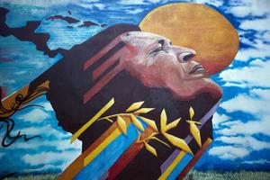 A dos años de su muerte, distintas naciones sudamericanas y de otras regiones le rinden homenaje a Hugo Chávez, pero es en las calles de Venezuela donde, representado en todo tipo de murales, diariamente se recuerda al exmandatario.