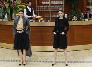 Además de las faldas, hubo  unos zapatos beis de tacón medio y puntera negra en pico, abiertos en el talón.