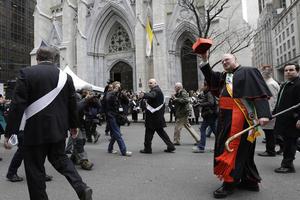 El mariscal de este año fue el arzobispo de Nueva York, Timothy Dolan, quien al arranque del desfile ofició una misa precisamente en la catedral de San Patricio.