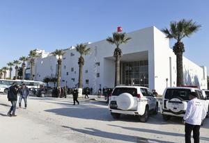 Después de un tiroteo, tres de los atacantes huyeron y se refugiaron en el interior del museo, ubicado en la misma zona del Parlamento, tomando como rehenes a varios turistas que se encontraban al interior.