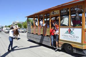 Los tranvías realizaron todo el recorrido detrás de los contingentes, como una muestra de los recorridos turísticos que se pueden hacer también en La Laguna de Durango.