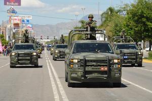 Los soldados desfilaron haciendo gala de sus vehículos.