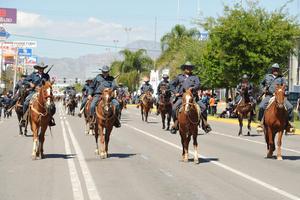 El desfile y cabalgata fue presenciado por cientos de familias de Lerdo y Gómez Palacio.