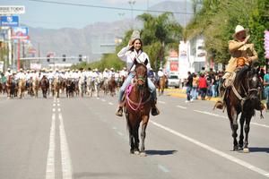 Engalanó el contingente de cabalgantes, la reina del Estado de Durango, quien saludó a los asistentes.