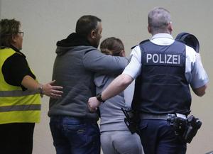Mientras las autoridades daban primeros informes de los hechos, personas cercanas a quienes viajaban en el avión se reunían en el aeropuerto de  Duesseldorf, en Alemania.